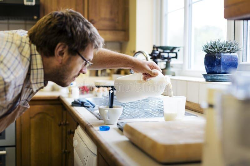 Concepto de mezcla de la panadería de los pasteles de la leche de mantequilla del hombre fotografía de archivo