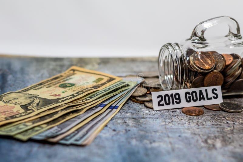 concepto de motivación de 2019 ahorros de las metas con las monedas en el tarro de cristal fotografía de archivo