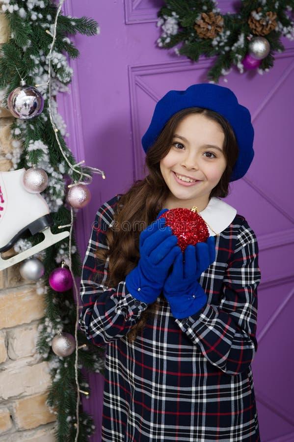 Concepto de navidad Accesorios de invierno Niña de moda lista para la celebración de Navidad Vistazo de modas imagenes de archivo