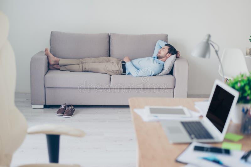 Concepto de necesidad del tener un resto mientras que trabaja Exha cansado foto de archivo libre de regalías