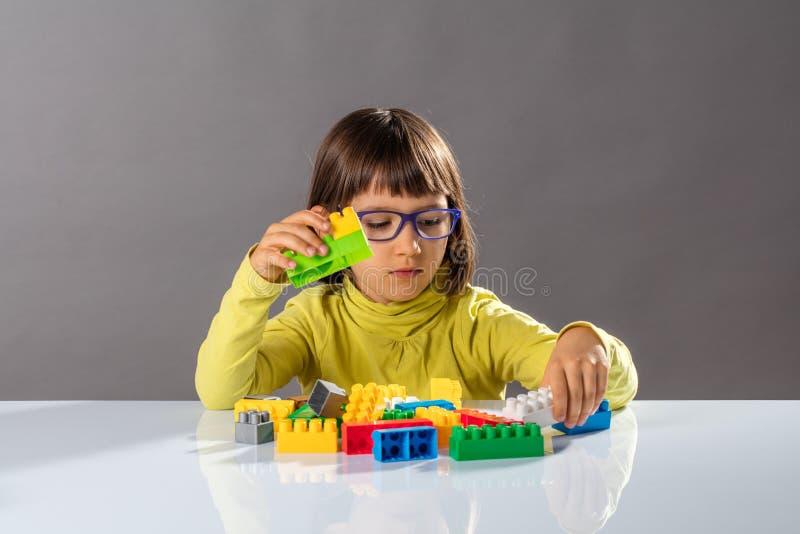 Concepto de niñez y educación con la pequeña muchacha del ingeniero foto de archivo