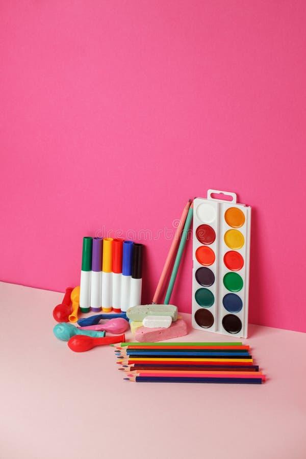 Concepto de nuevo a los efectos de escritorio de la acuarela del l?piz de la tiza del color de la escuela en fondo rosado brillan imágenes de archivo libres de regalías