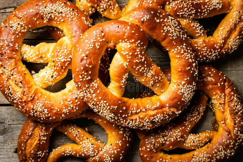 Concepto de Oktoberfest - pretzeles en fondo de madera rústico fotos de archivo