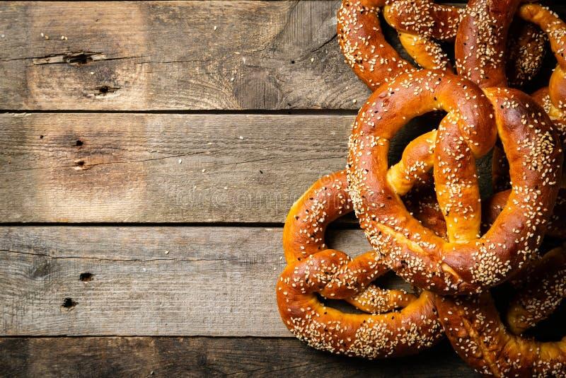 Concepto de Oktoberfest - pretzeles en fondo de madera rústico imagen de archivo