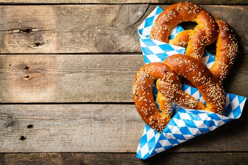 Concepto de Oktoberfest - pretzeles en fondo de madera rústico fotos de archivo libres de regalías