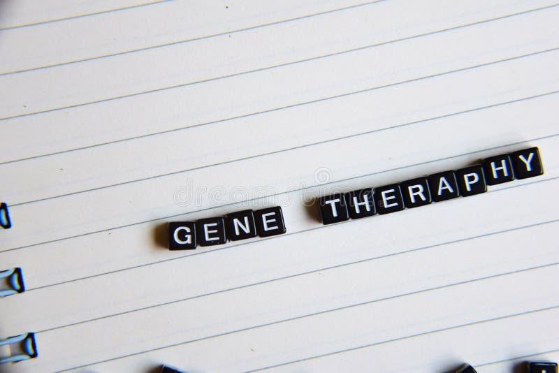 Concepto de palabra de Gene Theraphy en los cubos de madera con los libros en fondo fotos de archivo libres de regalías
