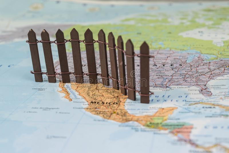 Concepto de pared Nosotros-mexicana de la frontera según lo sugerido por presidente americano Donald Trump imagen de archivo libre de regalías