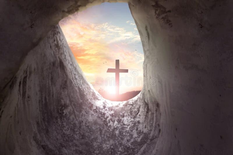 Concepto de pascua domingo: Cruz de la crucifixión de Jesus Christ fotos de archivo