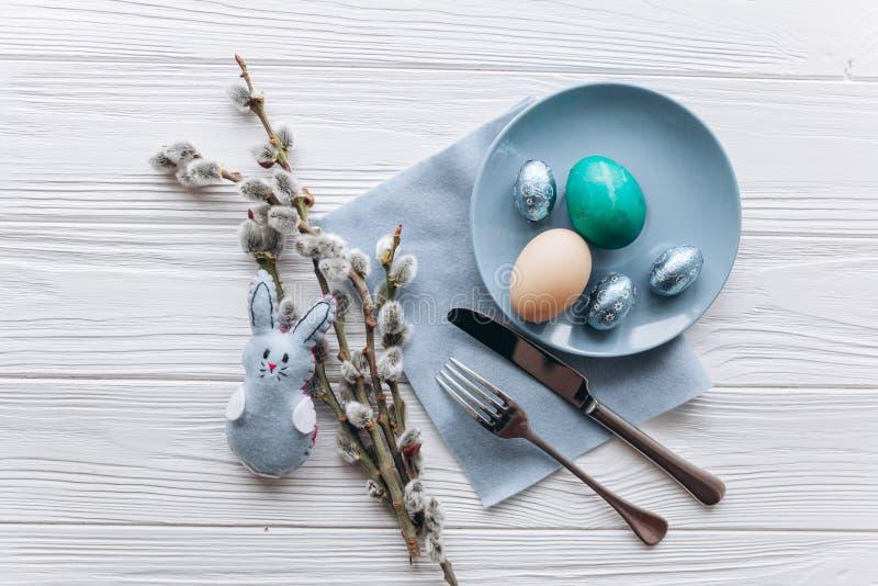 Concepto de Pascua placa, bifurcación, huevos en un fondo blanco imágenes de archivo libres de regalías