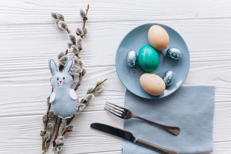 Concepto de Pascua placa, bifurcación, huevos en un fondo blanco fotos de archivo libres de regalías