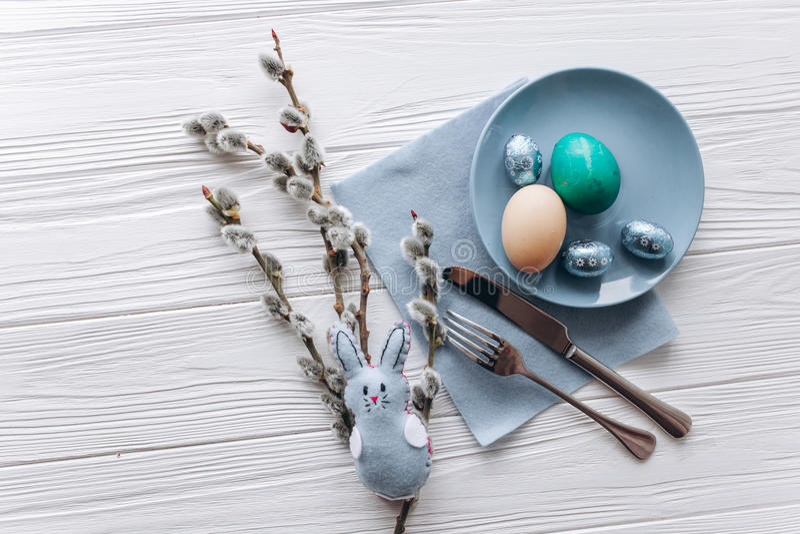 Concepto de Pascua placa, bifurcación, huevos en un fondo blanco imagenes de archivo