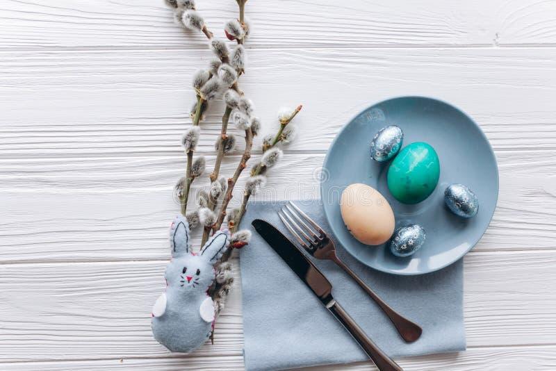Concepto de Pascua placa, bifurcación, huevos en un fondo blanco foto de archivo libre de regalías