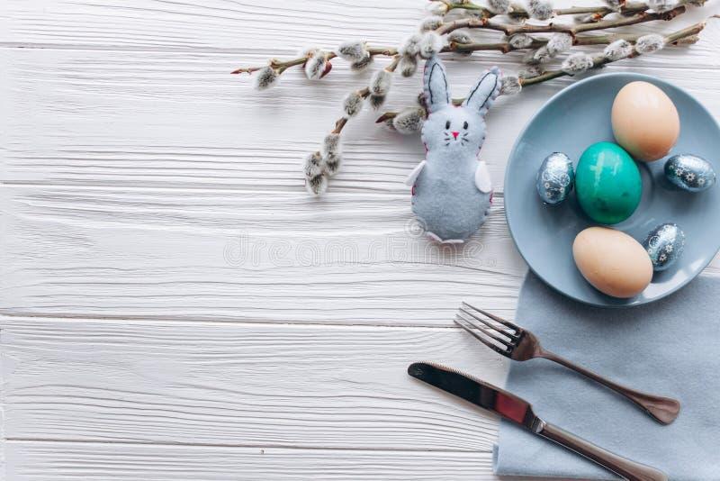 Concepto de Pascua placa, bifurcación, huevos en un fondo blanco imagen de archivo libre de regalías