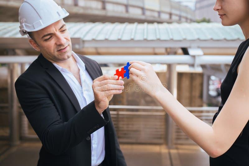 Concepto de pensamiento del negocio, grupo de hombres de negocios que hacen el rompecabezas y que se combinan, conectando junto imagen de archivo