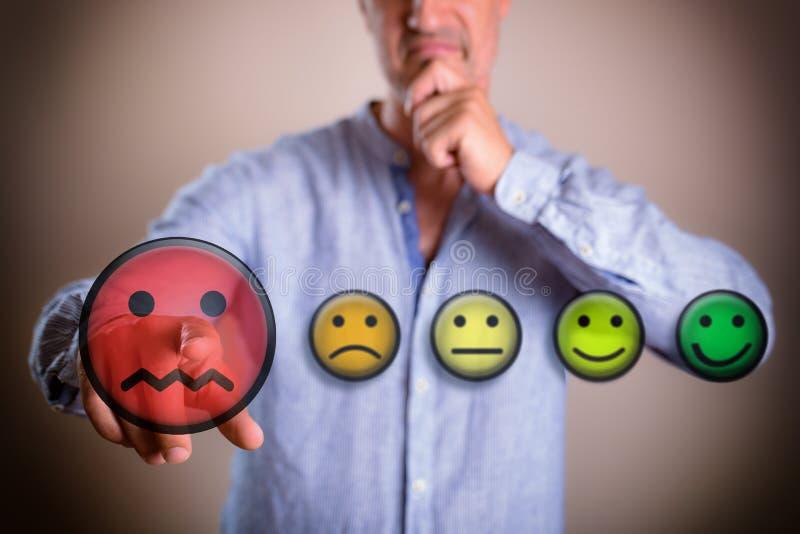 Concepto de persona que decide negativamente con los ejemplos coloridos del emoticon stock de ilustración