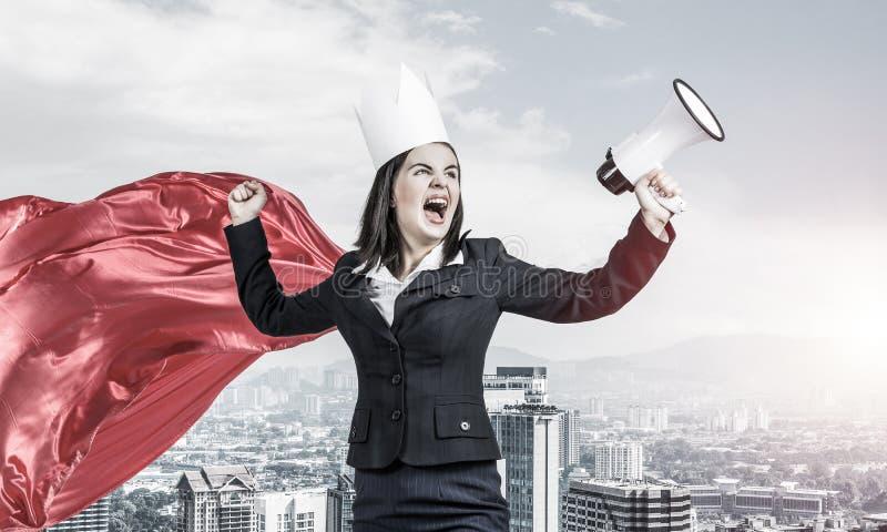 Concepto de poder y de éxito con el super héroe de la empresaria en grande imagen de archivo