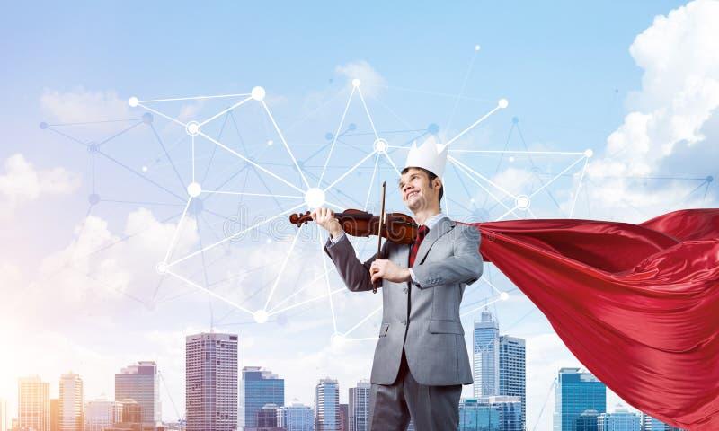 Concepto de poder y de ?xito con el super h?roe del hombre de negocios en ciudad grande imagenes de archivo