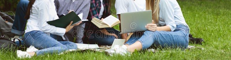 Concepto de preparación del examen. Estudiantes que usan laptops y libros imagen de archivo
