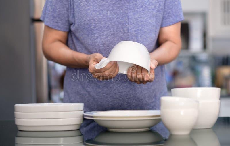 Concepto de producto de limpieza de la mujer que limpia el limpiador del dishware en el hogar a fotos de archivo libres de regalías