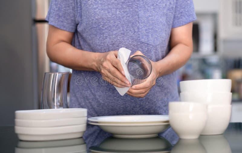 Concepto de producto de limpieza de la mujer que limpia el limpiador del dishware en el hogar a fotografía de archivo libre de regalías