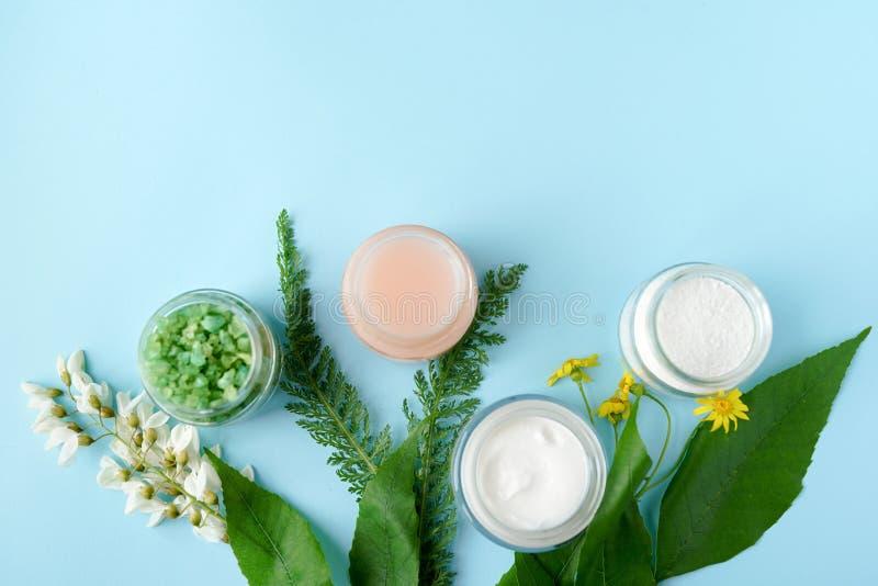 Concepto de productos cosmético del balneario, fondo azul con un espacio para un texto, endecha plana, visión desde arriba fotos de archivo