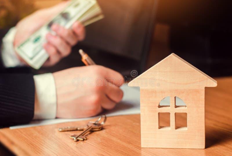 Concepto de propiedades inmobiliarias venta o alquiler de la vivienda, alquiler del apartamento realtor firma de un contrato del  imagen de archivo