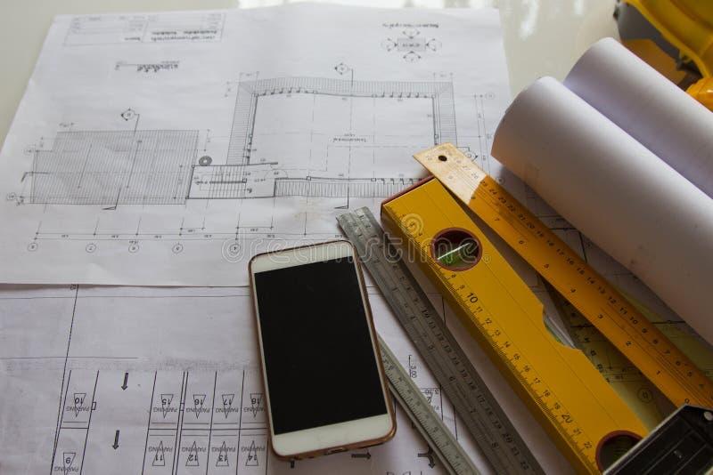 Concepto de proyecto de construcción de fondo de escritorio de la Oficina de Arquitectura, Con equipo de dibujo fotografía de archivo libre de regalías