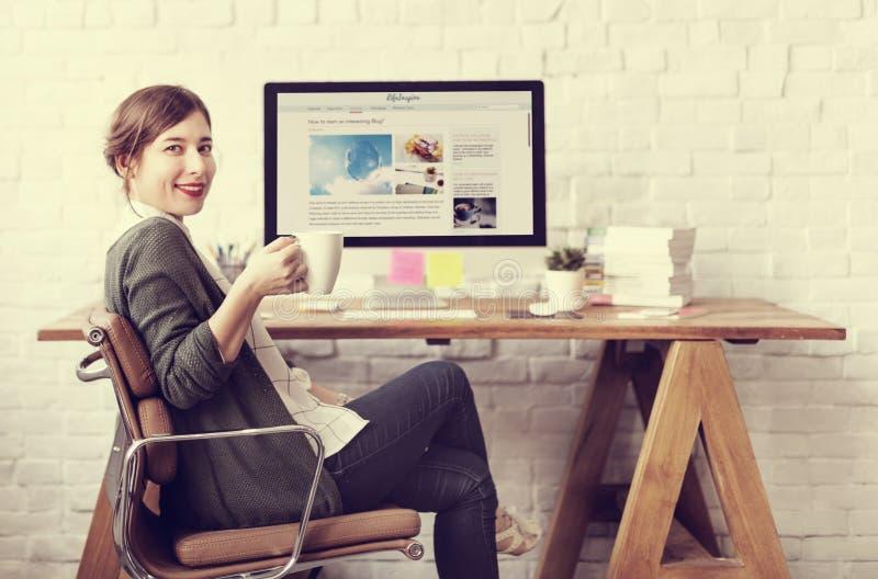 Concepto de reclinación del lugar de trabajo de la oficina de la relajación del descanso para tomar café de la mujer imagenes de archivo