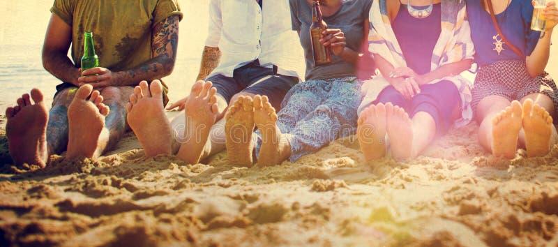 Concepto de refrigeración del partido de las vacaciones de la playa de los amigos fotografía de archivo libre de regalías