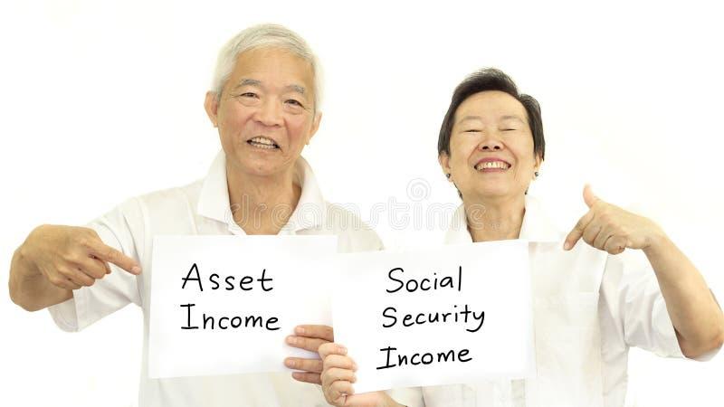 Concepto de renta mayor asiático feliz de los pares, activo y secur social imagen de archivo libre de regalías