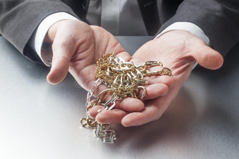 Concepto de riqueza o de oro corporativo en manos del empresario imagen de archivo