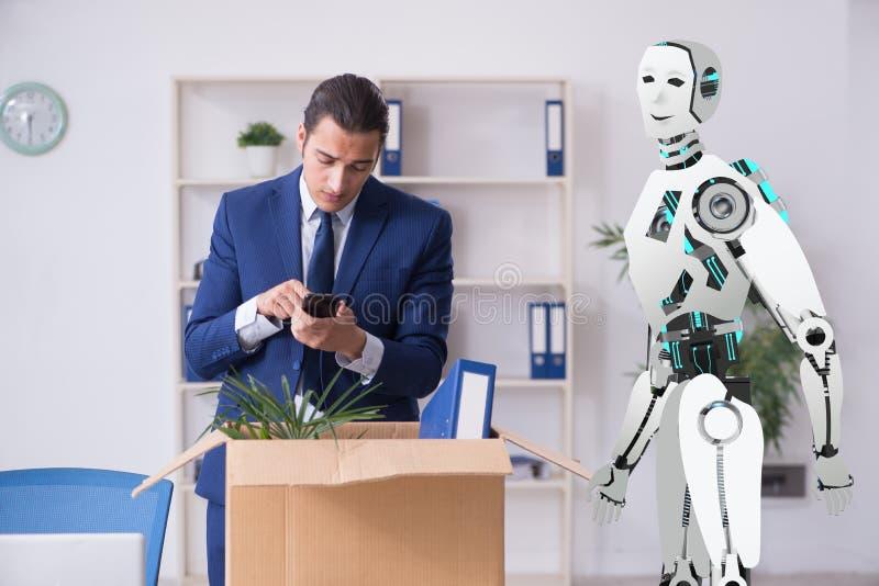 Concepto de robots que substituyen a seres humanos en oficinas foto de archivo libre de regalías