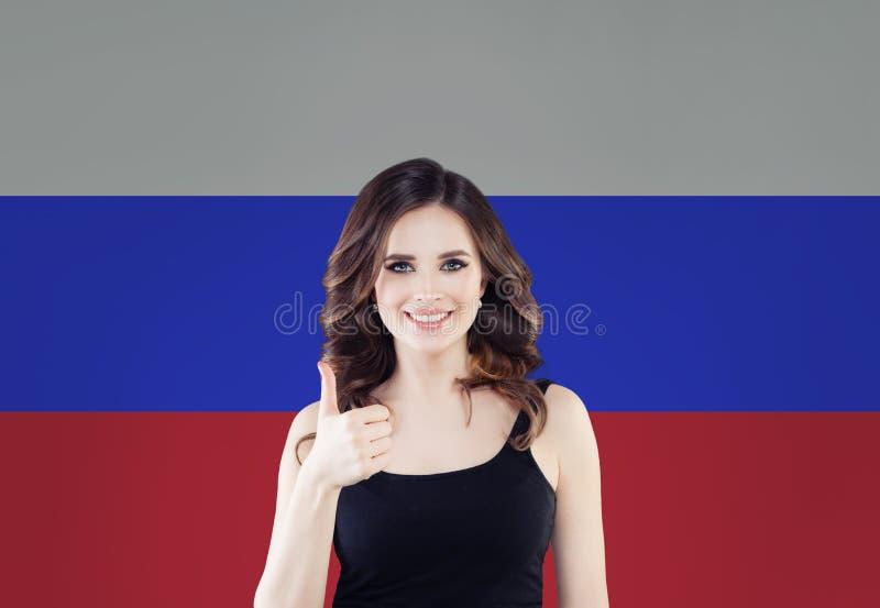 Concepto de Rusia con el estudiante de mujer feliz con el pulgar para arriba en el fondo de la bandera de la Federación Rusa Apre fotografía de archivo libre de regalías