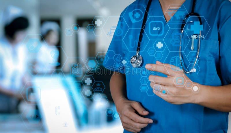 Concepto de sanidad y medicina médico inteligente que trabaja con el estetoscopio en un hospital moderno imagenes de archivo