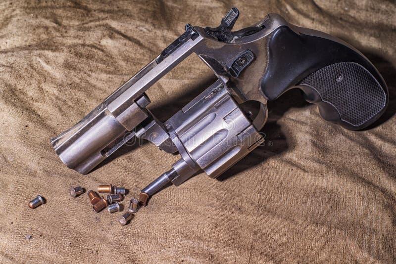 Concepto de seguridad Pistola en el viejo fondo Arma viejo de la pistola del ej?rcito fotos de archivo libres de regalías