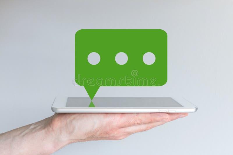 Concepto de servicio móvil de la charla y de mensajería Tableta de la tenencia de la mano o teléfono elegante grande foto de archivo libre de regalías