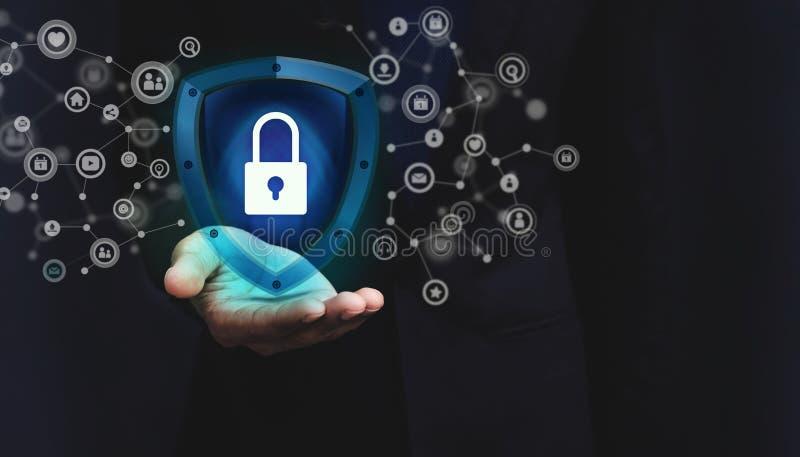 Concepto de sistema de seguridad de la red, llave bloqueada dentro de un guar del escudo imágenes de archivo libres de regalías