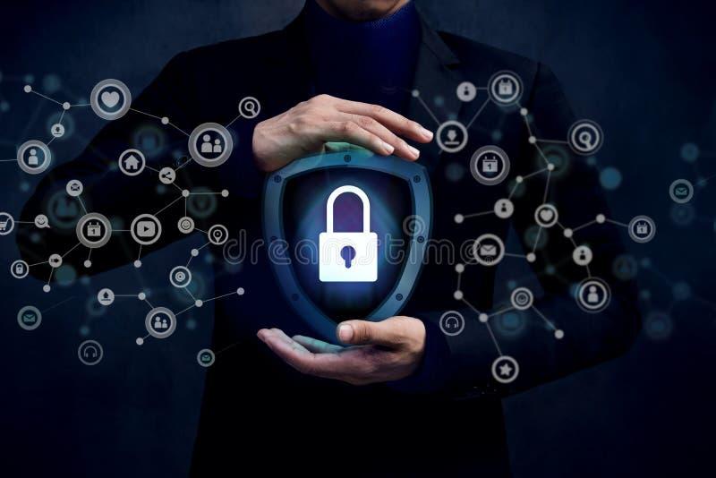 Concepto de sistema de seguridad de la red, llave bloqueada dentro de un guar del escudo fotografía de archivo