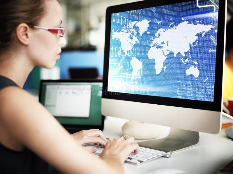 Concepto de software global de la tecnología de los dígitos del código binario fotografía de archivo