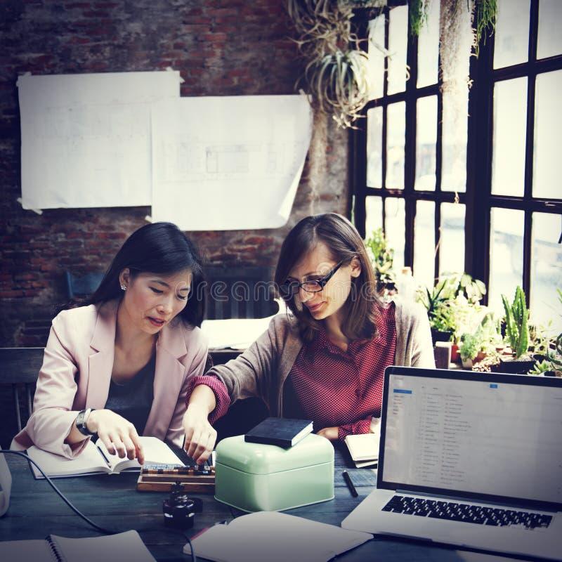 Concepto de Team Discussion Data Marketing Brainstorming del negocio foto de archivo