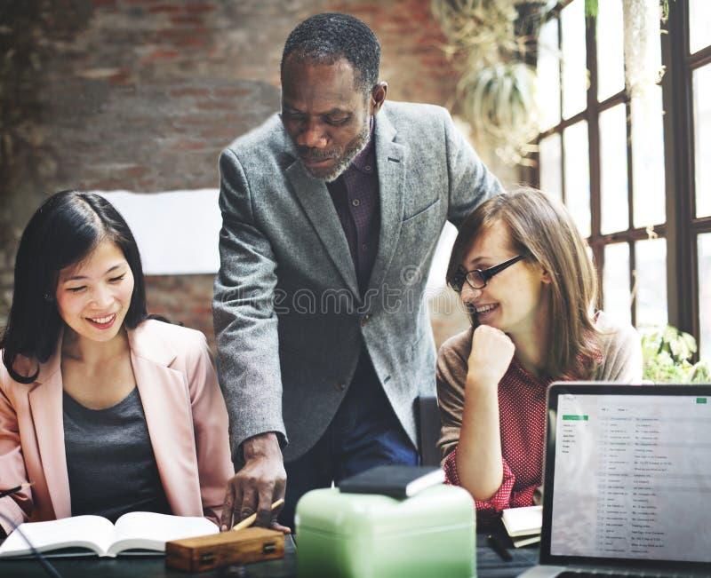 Concepto de Team Discussion Data Marketing Brainstorming del negocio imagen de archivo