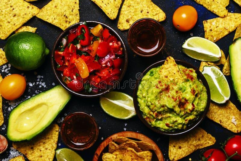 Concepto de Tex-Mex, Nachos, Guacamole, salsa de la salsa, fondo de la comida fotografía de archivo