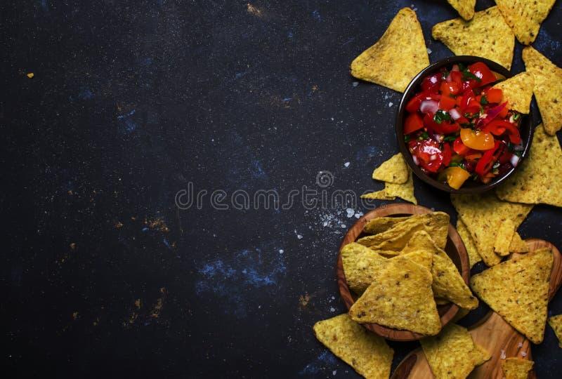 Concepto de Tex-Mex, salsa de la salsa, tomates, Nachos y cal, vagos de la comida foto de archivo libre de regalías