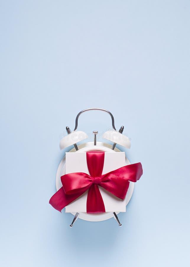 Concepto de tiempo del cumpleaños, de la tarjeta del día de San Valentín y del partido en bakground en colores pastel azul con la fotos de archivo libres de regalías