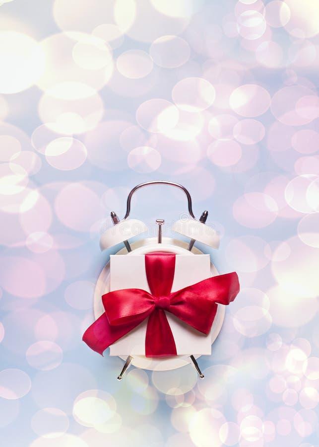 Concepto de tiempo del cumpleaños, de la tarjeta del día de San Valentín y del partido en bakground en colores pastel azul con la foto de archivo libre de regalías