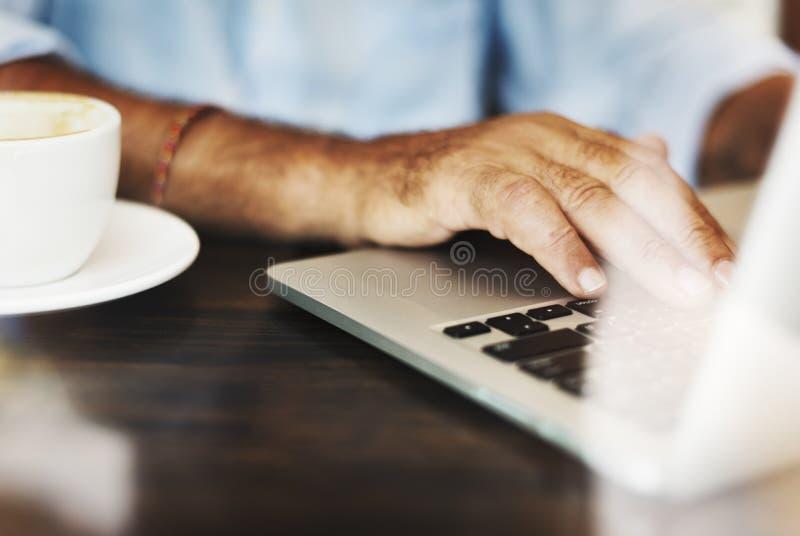 Concepto de trabajo de la relajación de la cafetería de la escritura del hombre mayor foto de archivo