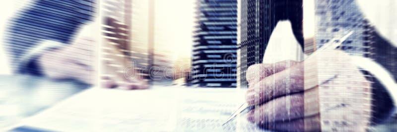 Concepto de trabajo de Questionnaire Cityscape Office del hombre de negocios foto de archivo