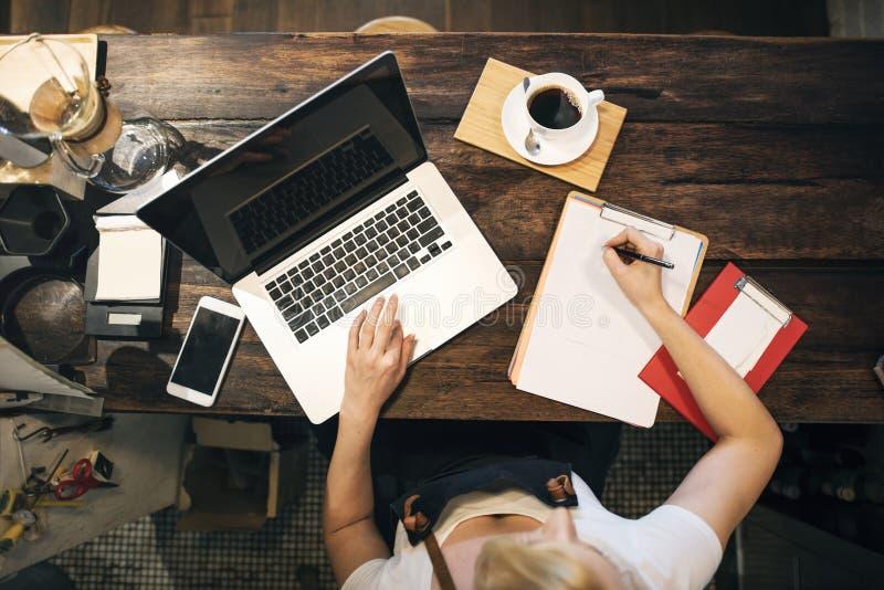 Concepto de trabajo del dueño del ordenador portátil del café del café que ordena imagenes de archivo