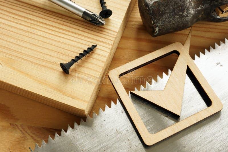 Concepto de trabajo de madera Tablón y sierra de madera imagenes de archivo