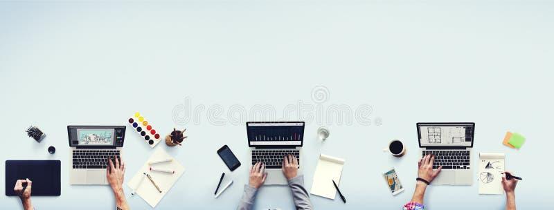 Concepto de trabajo ocupado de la oficina del ordenador portátil de los colegas foto de archivo libre de regalías